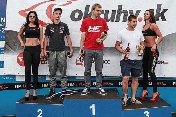 Martin Hlavna (v strede) sa tešil z víťazstva.