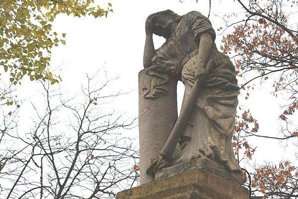 Tvrdošínski školáci izástupcovia mesta pripamätníku obetiam vojen vmestskom parku.
