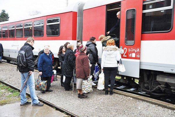 Vlaky napĺňajú hlavne dôchodcovia a študenti.