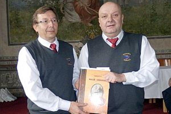 Za Občianske združenie Kiapeška Malé Lednice, ktoré vydalo malolednickú monografiu, prevzali ocenenie Vladimír Hucík a Peter Sádecký.