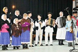 Tento rok v dedine narodilo 28 detí. Folkloristi sa o nástupcov obávať nemusia.