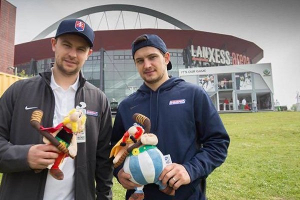 Bratia Július a Libor Hudáčkovci pred kolínskou Lanxess arénou počas minuloročného svetového šampionátu.