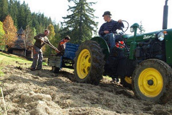 Koňa v skanzene nahrádza malý traktor.