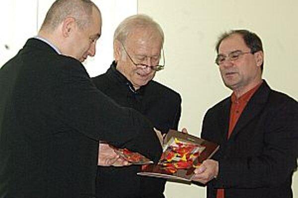 Do kina Mier prišiel nakoniec aj  Milan Sládek (v strede). Vpravo autor publikácie  a vľavo primátor mesta.