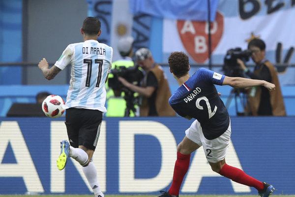 Benjamin Pavard (vpravo) krásnym gólom vyrovnal proti Argentíne.