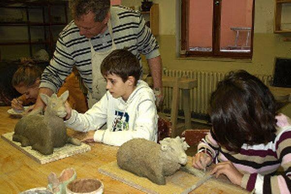 Deti sa výroby zhostili s radosťou. Aj keď majú za úlohu iba dokončovacie práce.