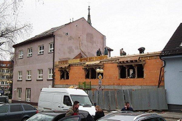 Na stavbe denne zarezáva pätnásť ľudí.