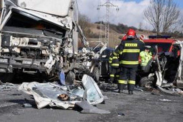Na mieste nehody ostali tri zničené autá.