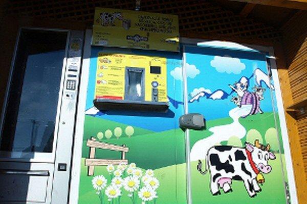 Zatiaľ prázdny automat by mal mlieko vydávať od polovice februára.