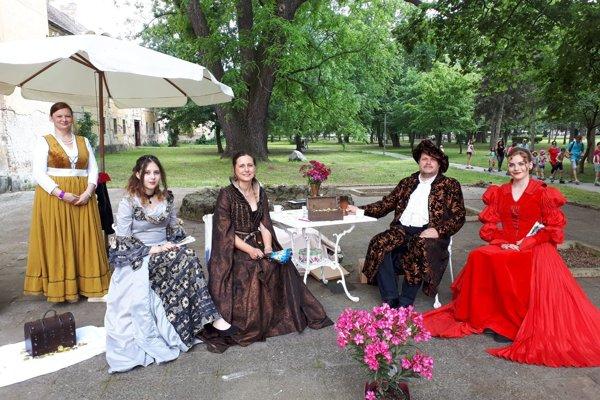 Šľachtická rodina v zámockom parku.