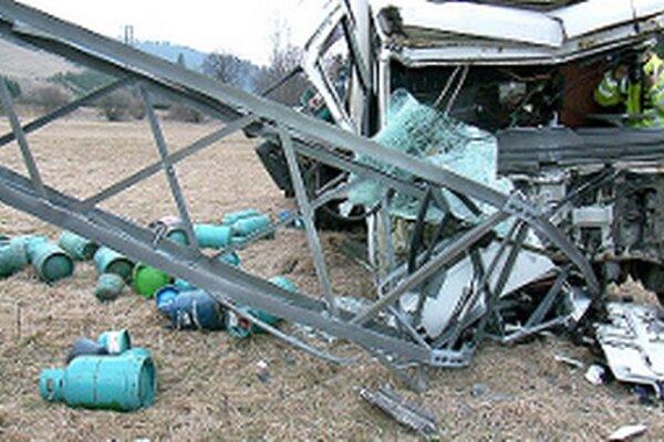 Náraz zničil kabínu auta a stĺp vysokého elektrického vedenia.