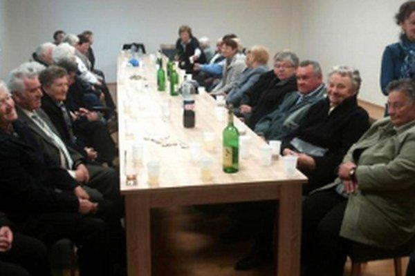 Pozvanie na prvé stretnutie prijalo takmer päťdesiat seniorov.