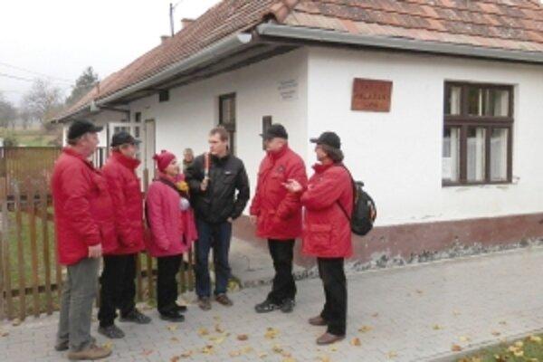Pred budovou, kde je umiestnená Vlastivedná zbierka obce Mlynky, spolu s Balászom Czernenszkym a Anou Cáderovou.
