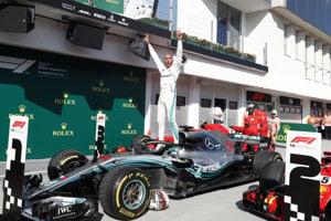 Lewis Hamilton oslavuje triumf na VC Maďarska 2018.