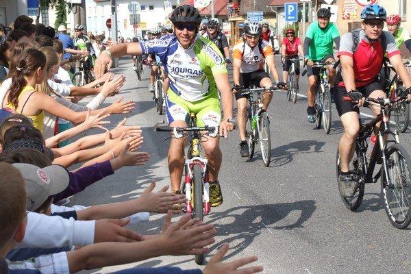 Cyklistov vítali v Tvrdošíne žiaci základných škôl.