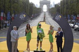 Peter Sagan si v Paríži preberá zelený dres pre víťaza bodovacej súťaže Tour de France 2018.