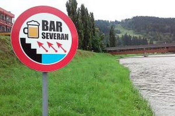 Netradičná značka na brehu Oravy.