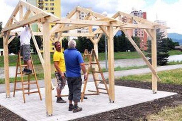 Jeden prístrešok stavajú pod Kuzmínovom pri futbalovom ihrisku s umelou trávou.