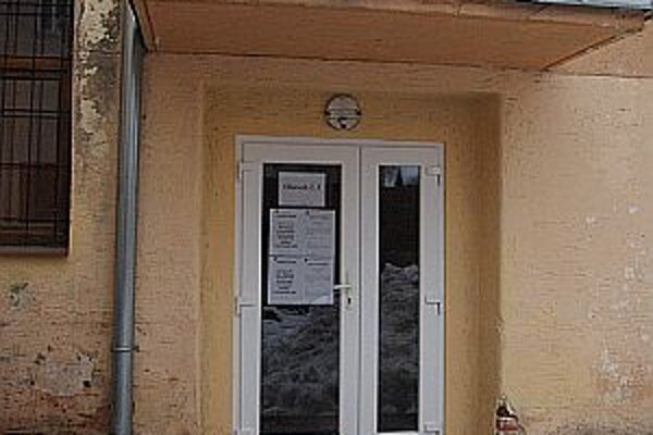 Tieto dvere na miestnosti, kde sa konalo referendum, otvorili v sobotu obyvatelia Mojtína len sporadicky.