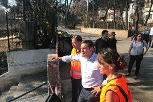 Grécky premiér Tsipras (v strede) navštívil grécke prímorské letovisko Mati - oblasť najviac postihnutú požiarom.