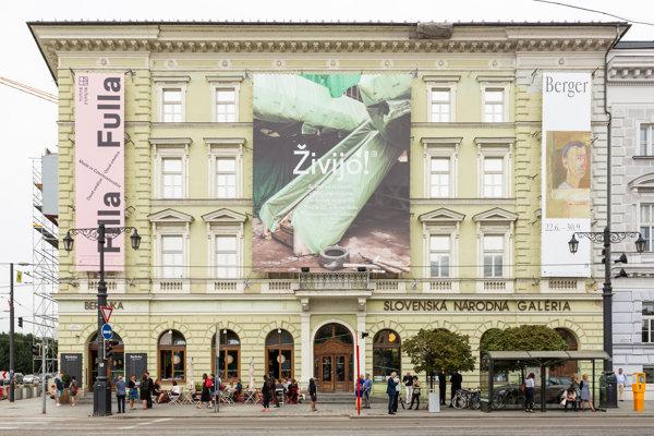 Pohľad na Esterházyho palác, jediný verejný priestor Slovenskej národnej galérie v Bratislave.