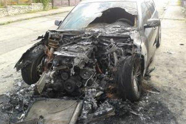 Obhorený vrak BMW.