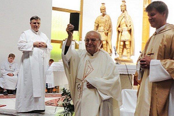 Jubilant Jozef Sobota (v strede) medzi svojimi vo vasiľovskom kostole.