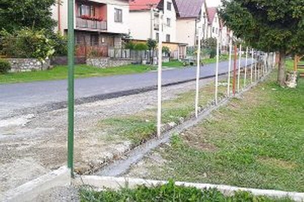 Nový plot oddelí ihrisko od cesty.