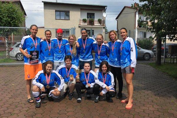 Hokejbalistky Zvolena s medailami za druhé miesto.
