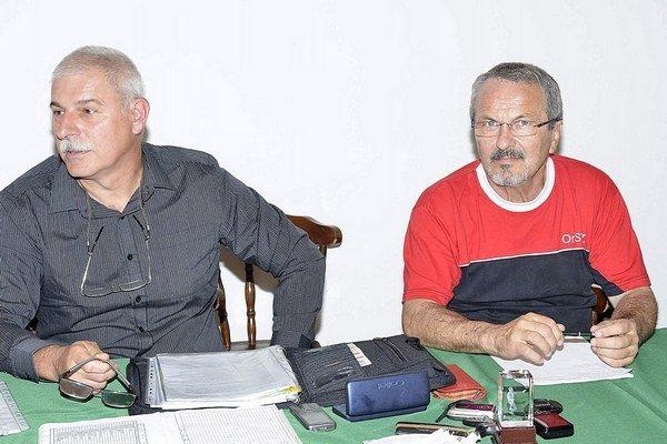 Zľava Jozef Strežo a vpravo Venanc Maretta, predseda Oravského stolnotenisového zväzu.