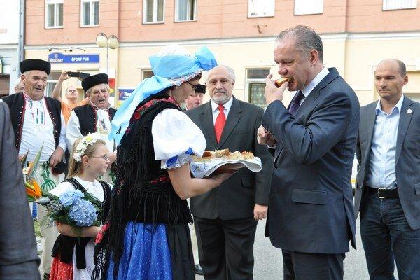 Prezidenta na privítal na dolnej Orave folklórny súbor Párničan.