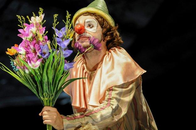 Artisti, lahodné zvuky muzikantov, farebné kreácie cirkusového umenia, závan ruského surrealizmu. V tíme Teatro Tatro v inscenácii Cirkus Charms.