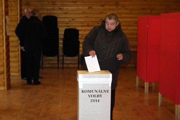 Do volebných miestností začali ľudia chodiť už o siedmej.