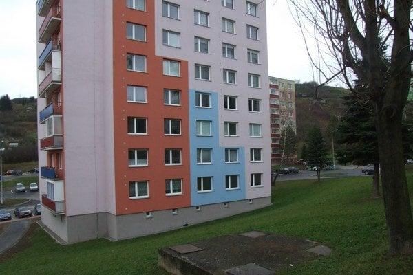 Bytovka na Medvedzí. Neznámy páchateľ pravdepodobne strieľal z týchto okien.