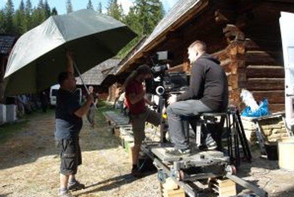 Prípravy filmového štábu na nakrúcanie.