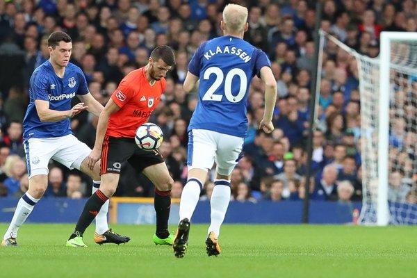 Šimon Kupec (v strede) v zápase proti Evertonu - ilustračné.