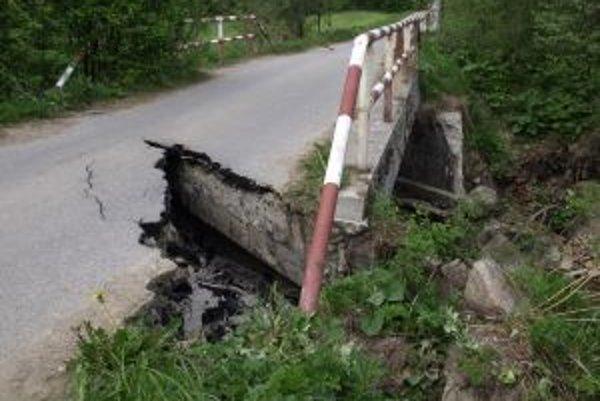 Autá cez most nemôžu, riskovať by nemali ani cyklisti, ani chodci.