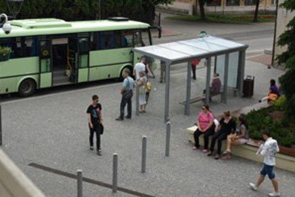 Cestujúcich rozhorčili linky zrušené počas letných prázdnin.