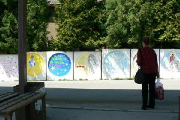 Kresby na autobusovej zastávke.