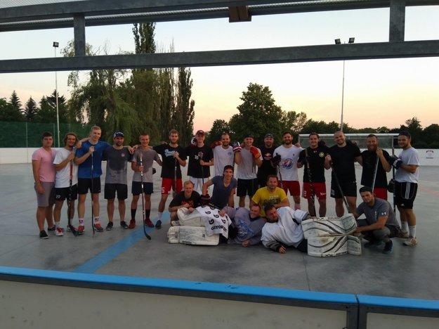 Hádzanári si zahrali hokejbal.