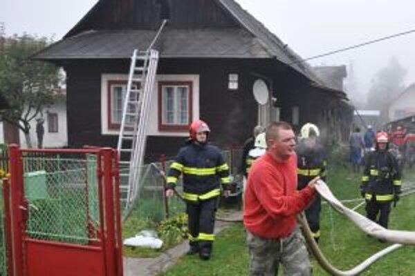 Požiar hasili profesionálni aj dobrovoľní hasiči .