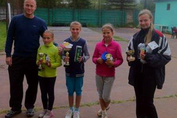 Mladšie žiačky. Zľava organizátor Juraj Bača, tenistky Karolína Šašková, Sára Hrkľová, Silvia Smolková a Barbora Bartošová