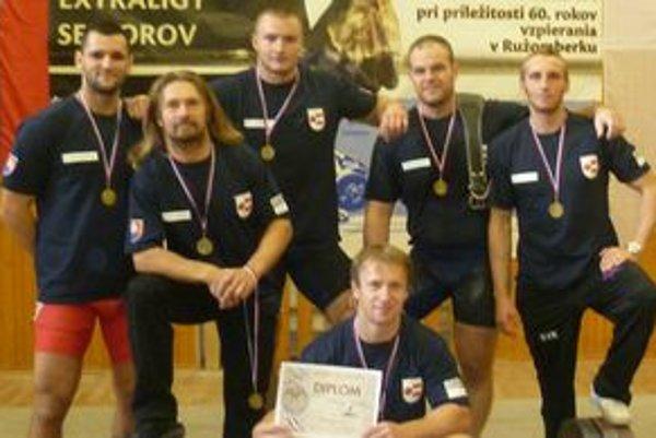 Dolnokubínski vzpierači sú víťazmi extraligy. Zľava: Tomáš Chovanec, Peter Janíček, Radoslav Tatarčík, Michal Pokusa, Miroslav Dauda a čupiaci Miroslav Janíček.