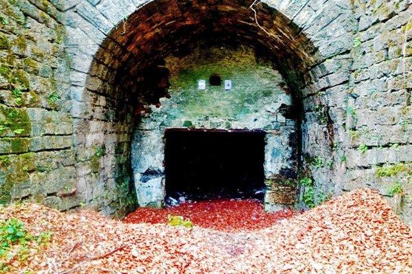 Starý nefunkčný tunel v Kraľovanoch.