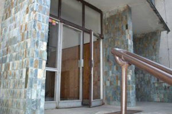 Staré vstupné dvere do kultúrneho domu.