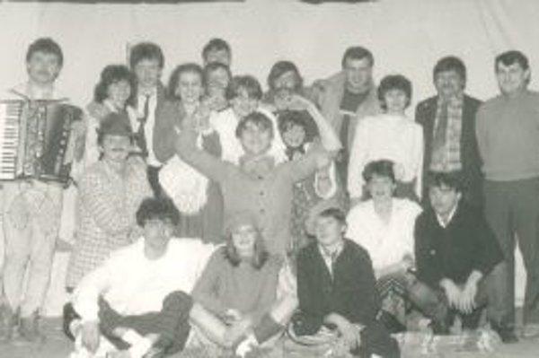 Herci a kulisári z prvej hry Pavilón B, s ktorou sa Vendo predstavilo pred 25 rokmi.