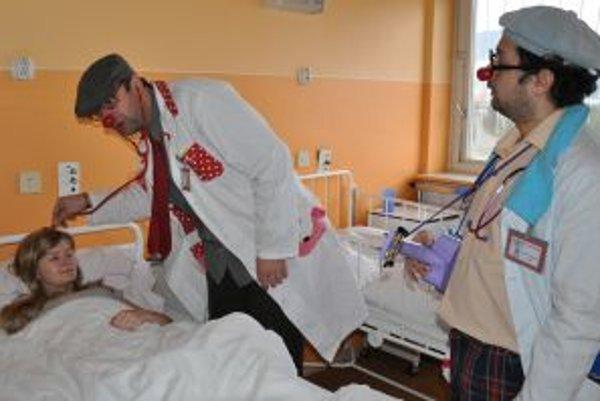Dvojica nových lekárov v akcii.