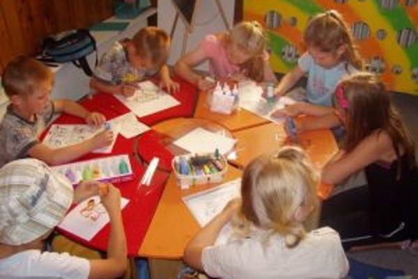 V trstenskom centre deti robia rôzne aktivity vrátane tvorivých dielní.