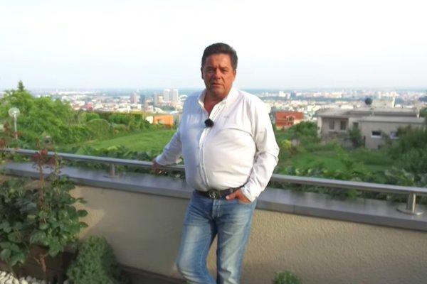 Marian Kočner na terase vily na bratislavskej Kolibe.