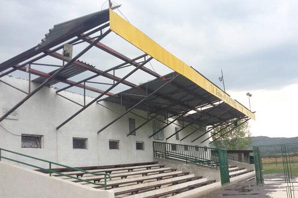 Strechu štadióna sa nakoniec podarilo opraviť.